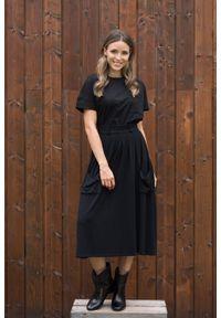 Czarny t-shirt VEVA w kolorowe wzory, z krótkim rękawem