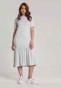 Renee - Jasnoszara Sukienka Dorynele. Kolor: szary. Materiał: dzianina. Długość rękawa: krótki rękaw. Typ sukienki: proste. Długość: midi