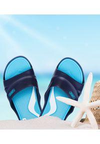 LANO - Klapki młodzieżowe basenowe Lano KL-3-2246-1 Granatowe. Okazja: na plażę. Zapięcie: bez zapięcia. Kolor: niebieski. Materiał: guma. Obcas: na obcasie. Wysokość obcasa: niski. Sport: pływanie