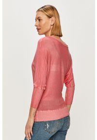 Różowy sweter Guess gładki, casualowy, na co dzień