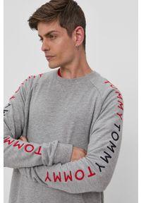 TOMMY HILFIGER - Tommy Hilfiger - Bluza. Okazja: na co dzień. Kolor: szary. Materiał: bawełna, materiał. Długość rękawa: raglanowy rękaw. Wzór: aplikacja. Styl: casual