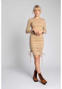 MOE - Sukienka z Prążkowanej Dzianiny z Troczkami po Bokach - Cappuccino. Materiał: dzianina, prążkowany