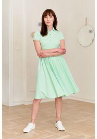 Marie Zélie - Sukienka Polo miętowa – marszczona XXS zielony. Okazja: na co dzień, do pracy. Typ kołnierza: polo. Kolor: zielony, miętowy, wielokolorowy. Materiał: dzianina, materiał, bawełna. Długość rękawa: krótki rękaw. Typ sukienki: proste, sportowe. Styl: sportowy, klasyczny, wakacyjny, casual