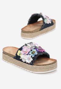Born2be - Granatowe Klapki Aquanna. Nosek buta: otwarty. Kolor: niebieski. Materiał: materiał. Wzór: kwiaty, aplikacja. Obcas: na platformie #5