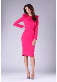 Nommo - Ciemno Różowa Sukienka o Dopasowanym Fasonie z Falbankami. Typ kołnierza: kołnierz z falbankami. Kolor: różowy. Materiał: wiskoza, poliester