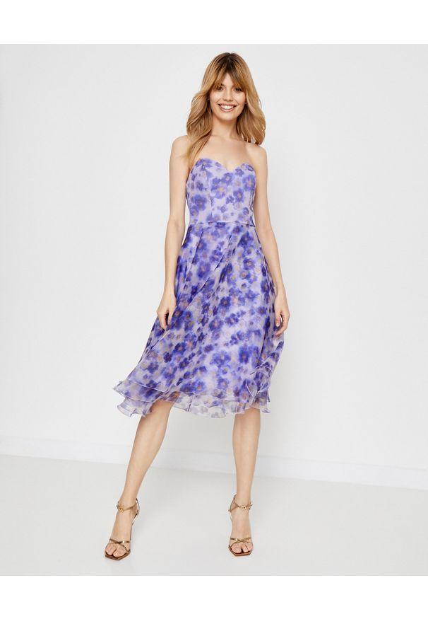 Elisabetta Franchi - ELISABETTA FRANCHI - Sukienka midi w kwiaty. Okazja: na imprezę. Kolor: niebieski. Długość rękawa: bez ramiączek. Wzór: kwiaty. Sezon: lato. Długość: midi