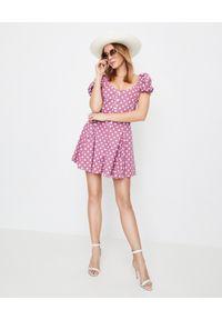 CAROLINE CONSTAS - Krótki różowy kombinezon w grochy Bardot. Kolor: różowy, fioletowy, wielokolorowy. Materiał: materiał. Długość: krótkie. Wzór: grochy