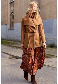 Marie Zélie - Płaszcz Adela kamelowy – wełna Nova Fides. Materiał: wełna. Długość rękawa: długi rękaw. Długość: długie. Wzór: ze splotem. Sezon: zima