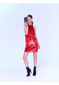 TOP SECRET - Czerwona sukienka na imprezę, z weluru z połyskiem. Okazja: na imprezę. Typ kołnierza: dekolt halter. Kolor: czerwony. Materiał: welur. Sezon: lato, wiosna. Styl: elegancki. Długość: mini