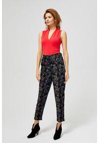 MOODO - Proste spodnie w kwiaty. Okazja: na co dzień. Materiał: wiskoza, guma. Długość: długie. Wzór: kwiaty. Styl: casual