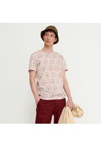 House - T-shirt z nadrukiem all over - Kremowy. Kolor: kremowy. Wzór: nadruk