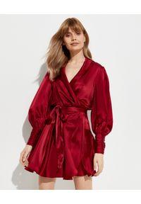 ZIMMERMANN - Bordowa sukienka z jedwabiu. Typ kołnierza: dekolt kopertowy. Kolor: czerwony. Materiał: jedwab. Typ sukienki: asymetryczne, kopertowe. Długość: mini