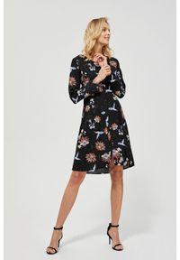 Czarna sukienka MOODO z dekoltem w serek, prosta