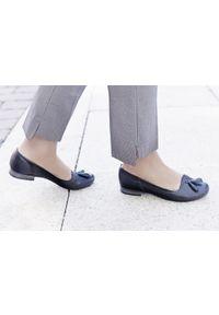 Zapato - ażurowe balerinki - skóra naturalna - model 010 - kolor camelowy. Okazja: do pracy. Nosek buta: okrągły. Materiał: skóra. Wzór: ażurowy. Obcas: na obcasie. Styl: elegancki, klasyczny. Wysokość obcasa: niski