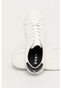 Białe sneakersy DKNY na obcasie, na niskim obcasie, z cholewką, na sznurówki