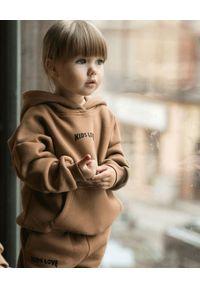 KIDS LOVE - Karmelowa bluza z kapturem Menfi. Typ kołnierza: kaptur. Kolor: brązowy. Materiał: bawełna. Wzór: aplikacja