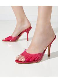 PARIS TEXAS - Różowe mule Penelope. Okazja: na co dzień. Nosek buta: otwarty. Kolor: różowy, wielokolorowy, fioletowy. Obcas: na szpilce. Styl: wizytowy, casual