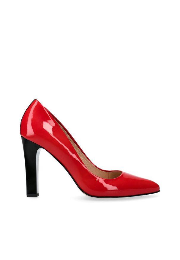 Czerwone czółenka Arturo Vicci z paskami, w kolorowe wzory