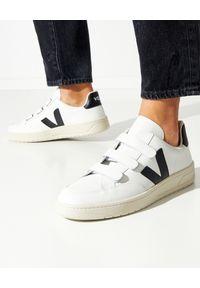 Veja - VEJA - Białe sneakersy V-Lock. Zapięcie: pasek. Kolor: biały. Materiał: materiał, guma. Szerokość cholewki: normalna. Wzór: paski, aplikacja