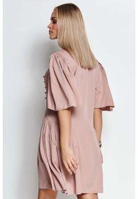 Makadamia - Rozkloszowana Sukienka z Metalowymi Dżetami - Różowa. Kolor: różowy. Materiał: wiskoza