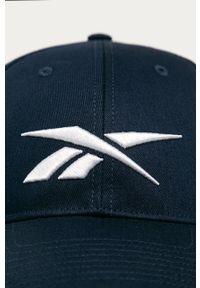 Niebieska czapka z daszkiem Reebok z aplikacjami