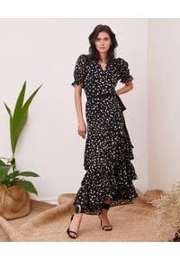BY CABO - Czarna sukienka w groszki Bilbao. Typ kołnierza: dekolt kopertowy. Kolor: czarny. Wzór: grochy. Typ sukienki: kopertowe, asymetryczne. Długość: midi