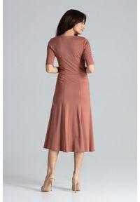 Lenitif - Elegancka sukienka midi rozkloszowana w kliny dekolt V brązowa. Okazja: do pracy, na co dzień. Kolor: brązowy. Typ sukienki: rozkloszowane. Styl: elegancki. Długość: midi