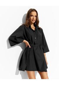 THECADESS - Czarna sukienka mini Luna. Typ kołnierza: kołnierzyk koszulowy. Kolor: czarny. Typ sukienki: oversize, koszulowe. Długość: mini