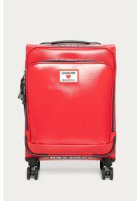 Czerwona walizka Love Moschino z aplikacjami