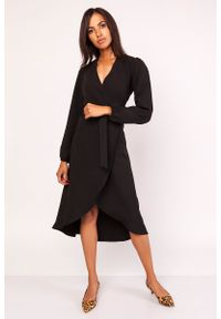 Lanti - Czarna Asymetryczna Sukienka Kopertowa z Wiązanym Paskiem. Kolor: czarny. Materiał: poliester. Typ sukienki: asymetryczne, kopertowe