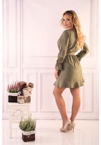 Merribel - Khaki Wizytowa Mini Sukienka z Falbankami. Typ kołnierza: kołnierz z falbankami. Kolor: brązowy. Materiał: poliester. Styl: wizytowy. Długość: mini