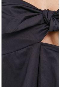 Guess - Bluzka. Okazja: na co dzień. Typ kołnierza: dekolt hiszpanka. Kolor: czarny. Materiał: materiał, bawełna. Długość rękawa: na ramiączkach. Długość: krótkie. Wzór: gładki. Styl: casual #4