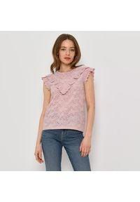 Mohito - Ażurowa bluzka z falbankami - Różowy. Typ kołnierza: kołnierz z falbankami. Kolor: różowy. Wzór: ażurowy