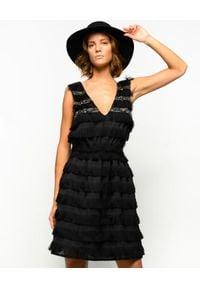 Pinko - PINKO - Czarna sukienka z frędzlami Stefano. Typ kołnierza: dekolt w kształcie V. Kolor: czarny. Materiał: tkanina, wiskoza. Wzór: gładki