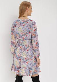 Born2be - Jasnofioletowa Sukienka Sylena. Kolor: fioletowy. Materiał: tkanina, materiał. Długość rękawa: długi rękaw. Wzór: kwiaty, aplikacja, kolorowy. Typ sukienki: kopertowe. Długość: mini