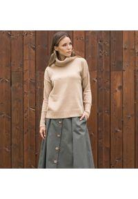 Beżowy sweter VEVA na spotkanie biznesowe, w kolorowe wzory, biznesowy