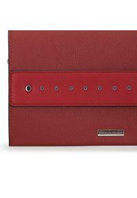 Wittchen - Torebka kopertówka duża z ćwiekami. Kolor: czerwony. Wzór: aplikacja. Materiał: skórzane. Styl: elegancki, rockowy. Rodzaj torebki: na ramię