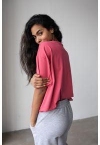 Marsala - T-shirt damski w kolorze malinowym z kieszonką SPLIT RASPBERRY BY MARSALA. Kolor: różowy. Materiał: jeans, bawełna. Długość rękawa: krótki rękaw. Długość: krótkie
