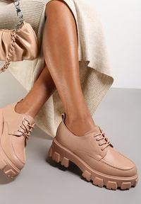 Renee - Różowe Półbuty Jenyros. Wysokość cholewki: przed kostkę. Nosek buta: okrągły. Kolor: różowy. Szerokość cholewki: normalna. Wzór: gładki, aplikacja. Obcas: na obcasie. Wysokość obcasa: średni