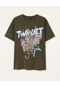 TwinSet - TWINSET - Zielony t-shirt z nadrukiem logo. Kolor: zielony. Materiał: bawełna. Długość rękawa: krótki rękaw. Wzór: nadruk. Styl: rockowy