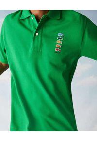 Lacoste - LACOSTE - Zielona koszulka polo z logo regular fit. Typ kołnierza: polo. Kolor: zielony. Materiał: bawełna. Wzór: prążki, haft. Styl: sportowy