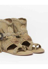 EL VAQUERO - Zamszowe sandały z frędzlami. Zapięcie: pasek. Kolor: beżowy. Materiał: zamsz. Wzór: paski #3