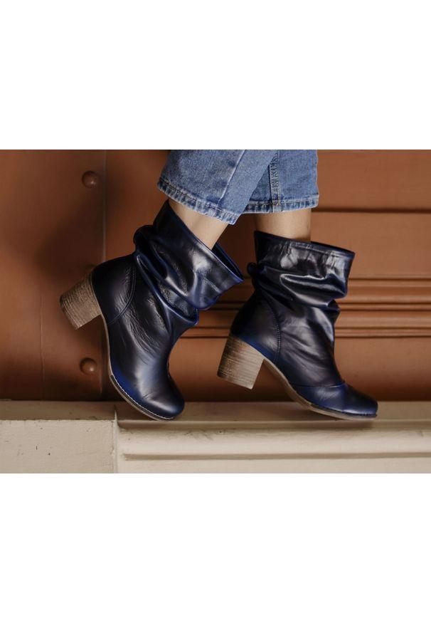 Niebieskie botki Zapato w kolorowe wzory, z cholewką za kolano