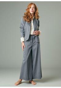 Szare spodnie w prążki, klasyczne