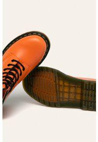 Pomarańczowe botki Dr. Martens na sznurówki, bez obcasa, z cholewką, z okrągłym noskiem
