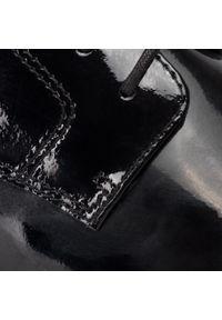 Czarne półbuty Clarks na płaskiej podeszwie, z cholewką