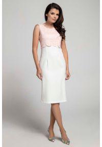 Różowa sukienka Nommo elegancka, bez rękawów, w koronkowe wzory