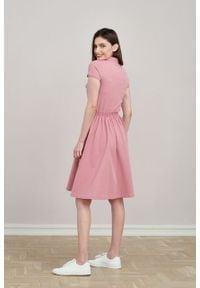 Marie Zélie - Sukienka Polo z gumką pąsowy róż krótki rękaw. Okazja: na co dzień, do pracy. Typ kołnierza: polo. Kolor: różowy, czerwony, wielokolorowy. Materiał: dzianina, materiał, bawełna. Długość rękawa: krótki rękaw. Typ sukienki: proste, sportowe. Styl: sportowy, klasyczny, wakacyjny, casual