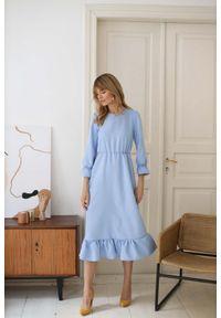 Niebieska sukienka Nommo z falbankami, maxi