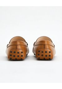 TOD'S - Brązowe skórzane mokasyny Gommino Driving. Nosek buta: okrągły. Zapięcie: klamry. Kolor: brązowy. Materiał: skóra. Styl: elegancki